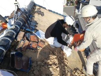加古川市の屋根葺き替えで協力作業中の職人たち