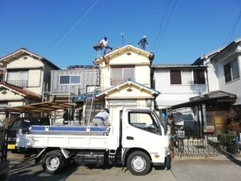 屋根葺き替え時、古瓦搬出用に横付けされたトラック