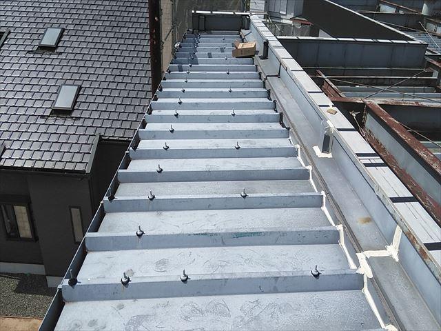 姫路市の店舗の折板屋根のボルトキャップ