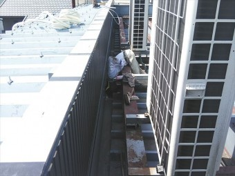 姫路市の店舗の折板屋根のコーキング