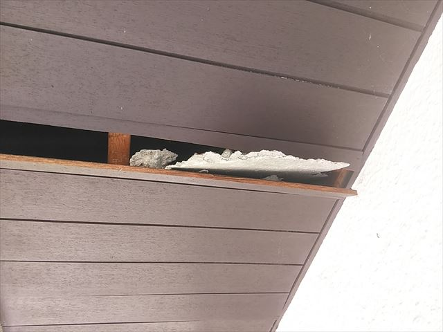 屋根の傷みで落下したコンクリートが軒天を破損