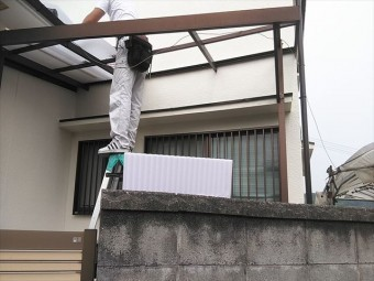 姫路市のポリカ波板の施工中の職人の写真