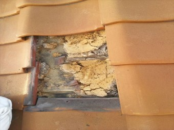 加古川市の瓦屋根の雨水で土が流れた様子
