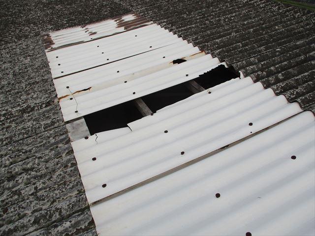 加西市のスレート屋根の明かり取り破損