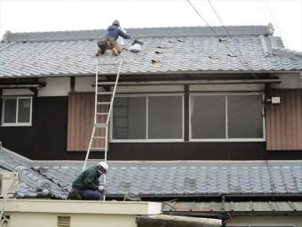 姫路市の瓦の差し替え作業中の写真