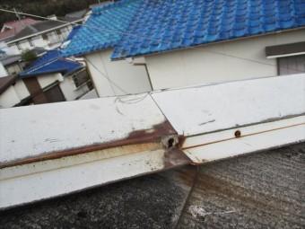 姫路市香寺町のビス穴が腐食した棟板金