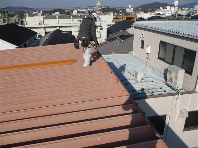 姫路市の折板屋根の棟板金の復旧工事開始