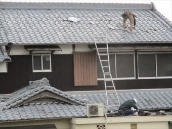 姫路市の瓦の差し替え作業中の職人さん
