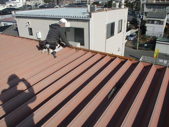 姫路市の折板屋根の棟板金の位置調整