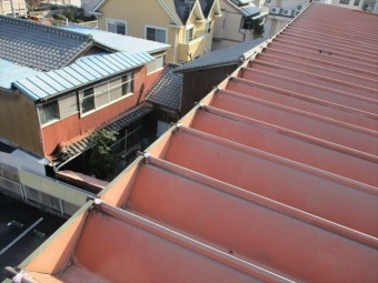 姫路市の折板屋根の以前のビス穴コーキング