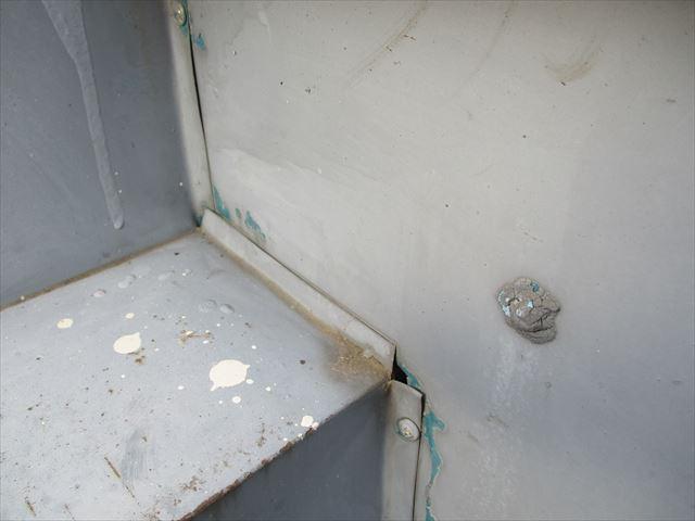 姫路市店舗折板屋根の壁との取合い部の隙間