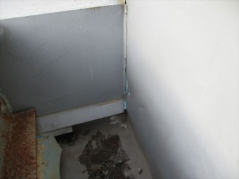 姫路市店舗折板屋根の壁との取合い部のコーキング切れ