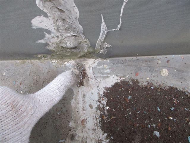 姫路市店舗折板屋根の箱樋のコーキング切れ