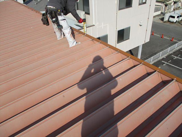 姫路市の棟板金復旧工事のコーキング