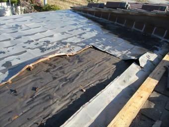 加西市の雨漏り原因の既存銅板の撤去作業中の写真
