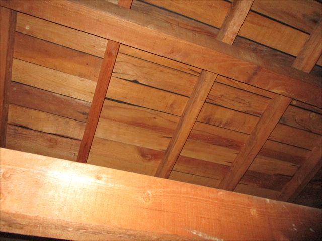 屋根裏から見た野地板