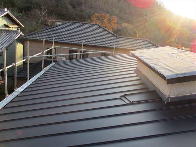姫路市の葺き替え工事のガルバリウム立平葺き施工
