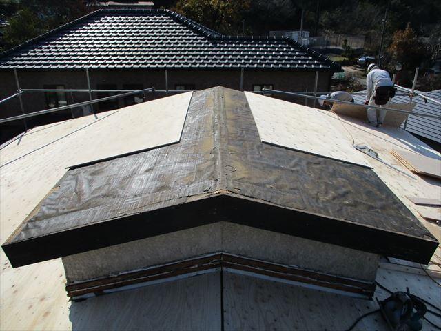姫路市の屋根葺き替え下地増し張り作業中の職人