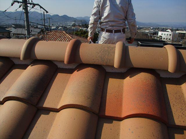 姫路市の屋根の調査中の職人