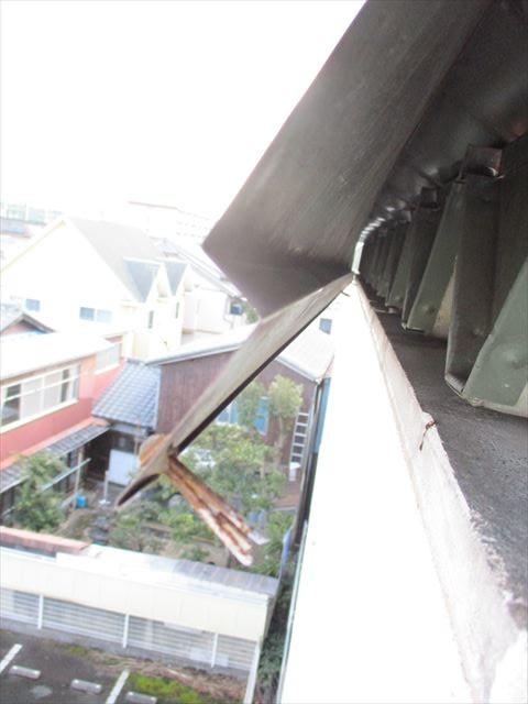 姫路市の屋根板金の固定用ビスが抜けた様子