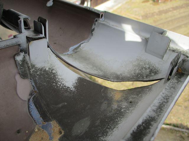 樹脂製雨どいコーナー部の破損