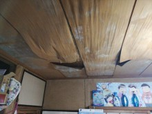雨漏りによってめくれた天井材