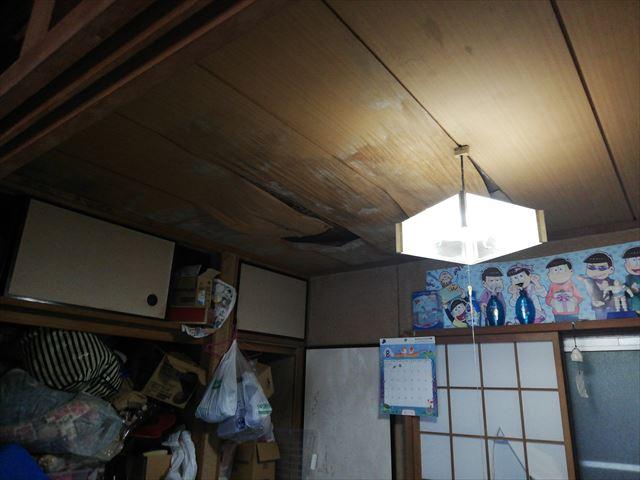 宍粟市千種町の雨漏りで傷んだ天井写真