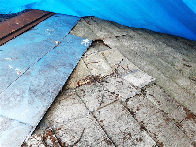 宍粟市千種町の破損したスレート屋根