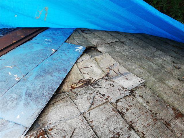 破損しているスレート屋根