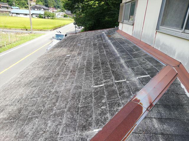 宍粟市千種町の劣化したスレート屋根の写真