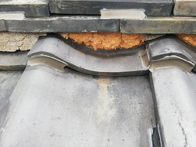 土葺き施工の瓦屋根の漆喰劣化による土の露出