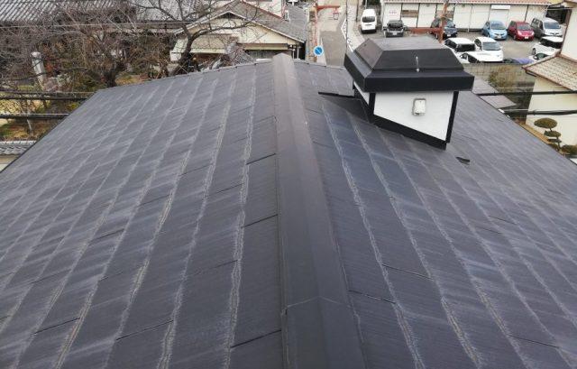スレートの下端に雨染みができた屋根