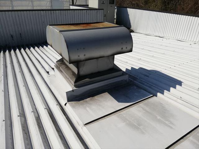 姫路市で折板葺きの屋根に設置されたルーフファン周辺の雨漏り!