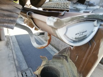 姫路市で破損した雨樋の集水器
