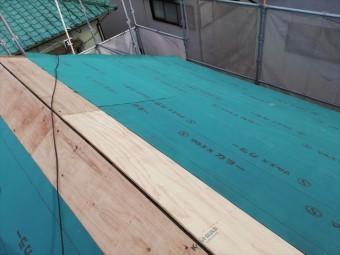 たつの市の葺き替え工事のルーフィング施工中