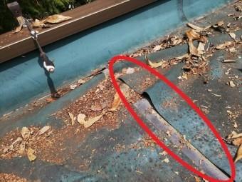 三木市の雨漏り無料点検のはがれたゴムシート防水