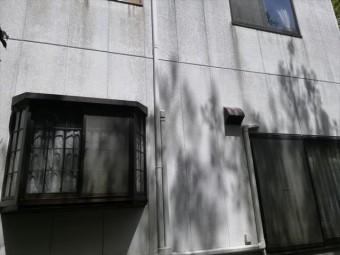 三木市の塗膜が劣化して汚れが目立つ外壁