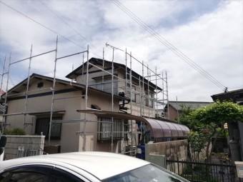 姫路市の塗装工事の仮足場を設置する職人さん