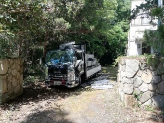 三木市の外壁塗装の足場材を積んだトラック