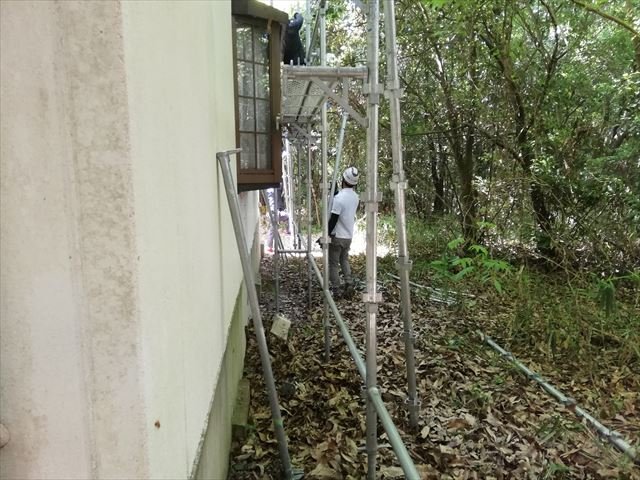 三木市の外壁塗装の足場の施工中の職人の写真