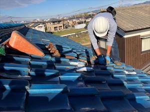 姫路市の屋根葺き替え工事の釉薬瓦撤去