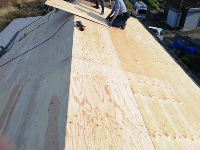 姫路市の瓦屋根葺き替え工事の野地板増し張り中の職人