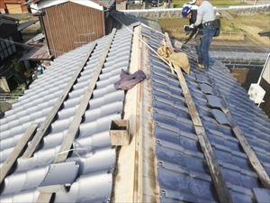姫路市の瓦屋根工事のいぶし瓦葺き替え作業の職人さん