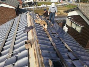 姫路市の瓦屋根葺き替え工事のいぶし瓦施工中