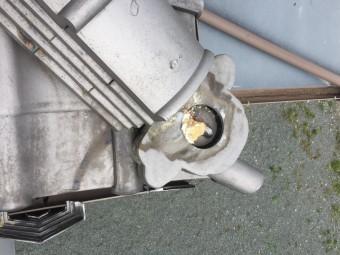 台風によって一部破損した瓦