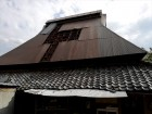 台風時にトタンが飛散した茅葺き屋根