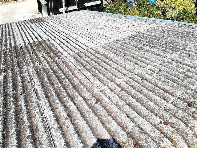太子町の雨漏りしたスレート工場の錆びたボルト