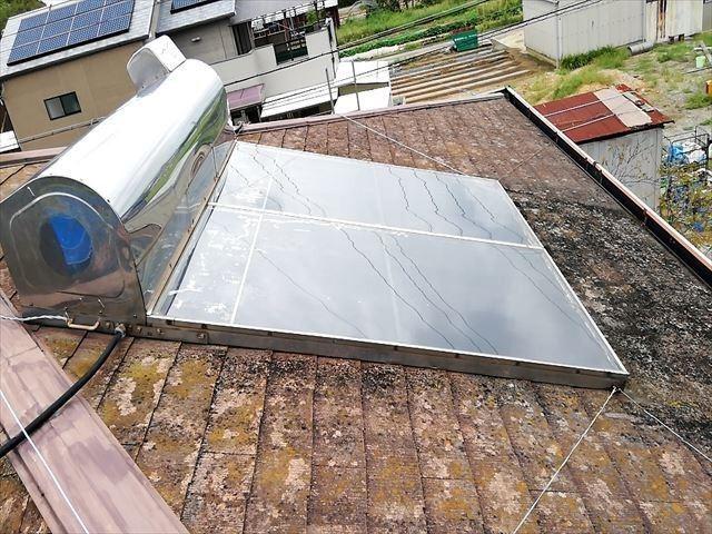 加古郡の屋根に設置された温水器