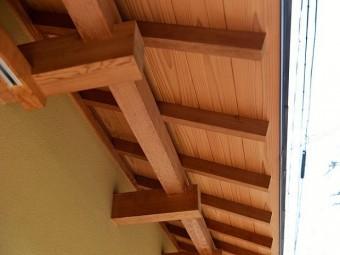 構造材で支えられている庇