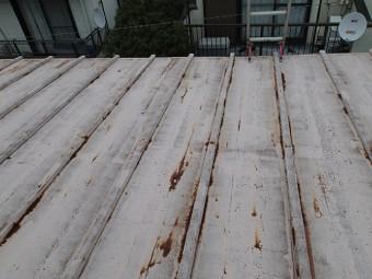 再利用されたらしき芯木を包んでいる桟の板金